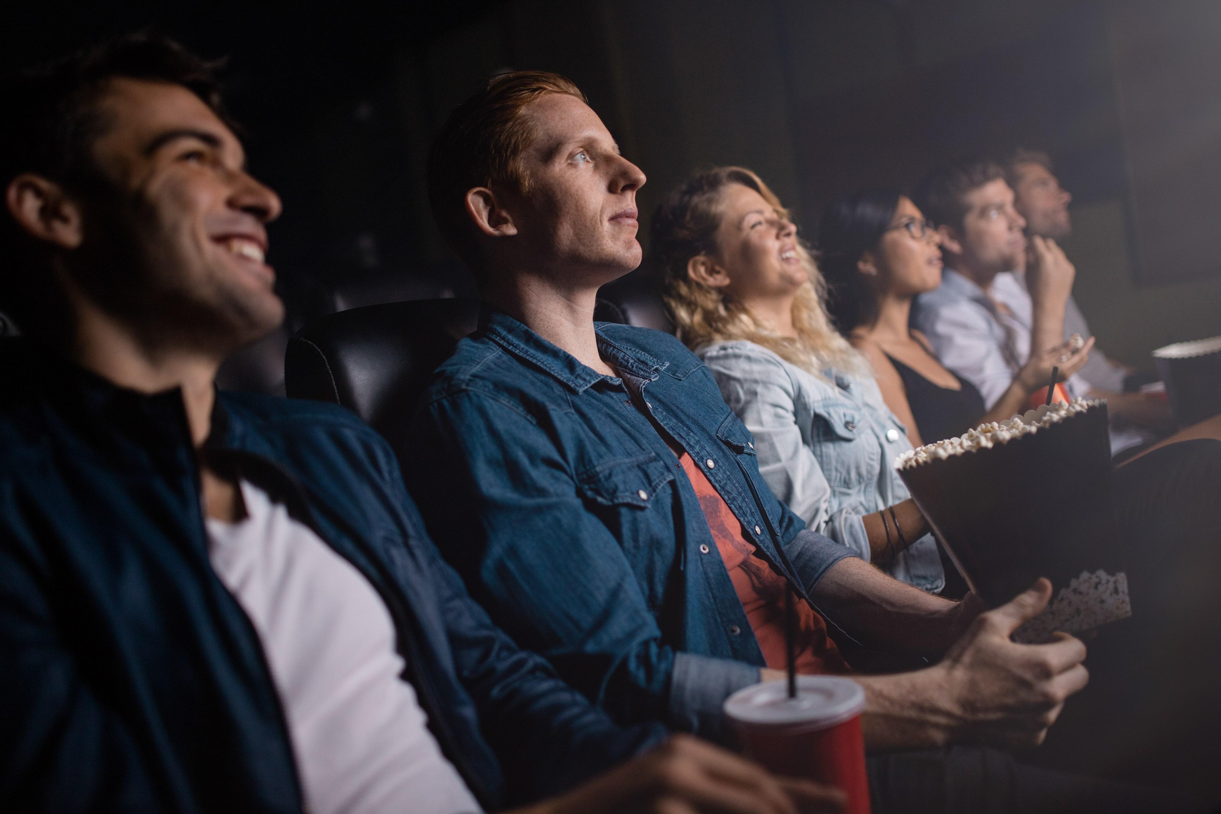Jovens assistindo um filme no cinema